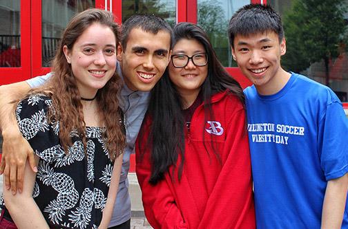 中国学生和同学们在校外