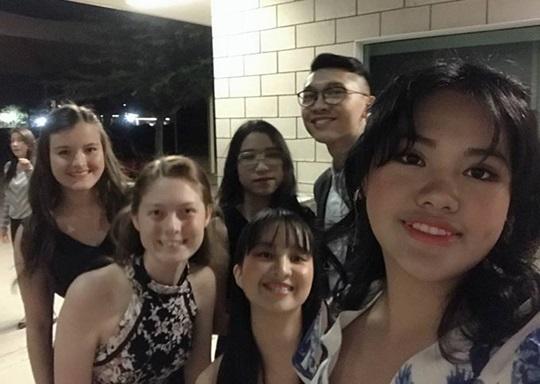 Jenny trong buổi dạ vũ homecoming tại Phoenix Christian Preparatory School