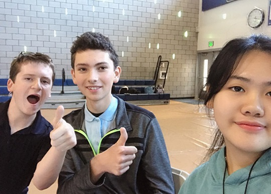 Du học sinh trung học đến từ Việt Nam cùng bạn bè trong giờ nghỉ giải lao