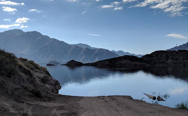 Utsikt over sjø og fjell i Argentina