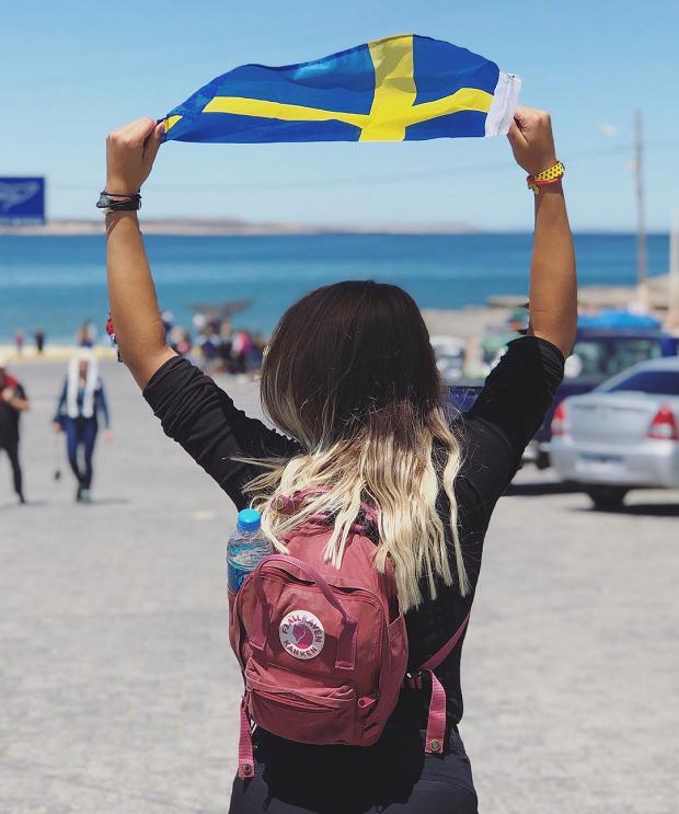 Utbytesstudent med en svensk flagga
