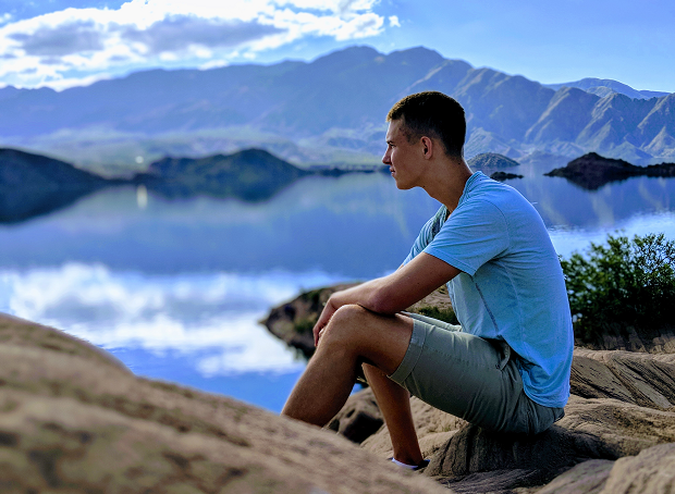 Utvekslingsstudent skuer utover en sjø i Argentina