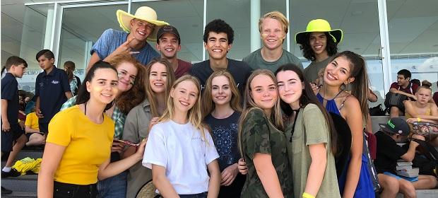 En gruppe av studenter på sportstribune