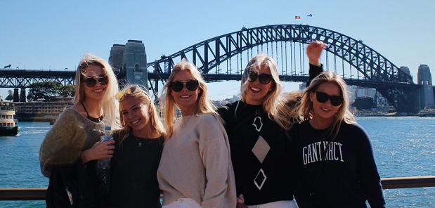 Explorius vaihto-oppilaita Sydney Harbour Bridgen edessä
