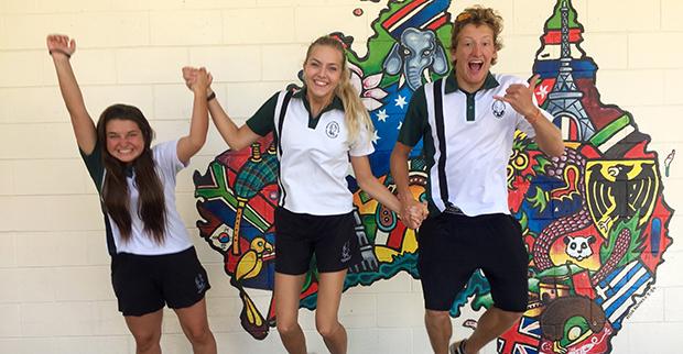 Utvekslingselever med skoleuniform