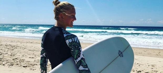 jente surfer i australia