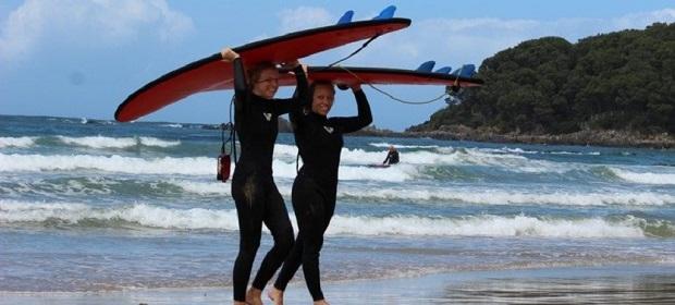 Utbytesstudenter surfar tillsammans