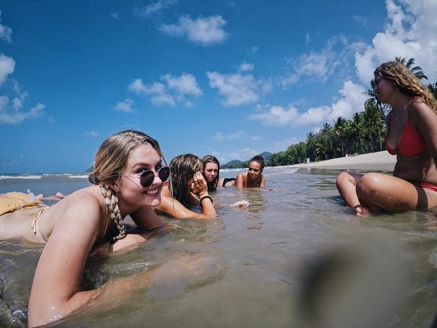 Strandhäng med kompisar