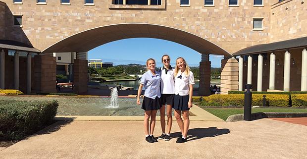 Utvekslingsstudenter i skoleuniform foran skolen sin i Australia