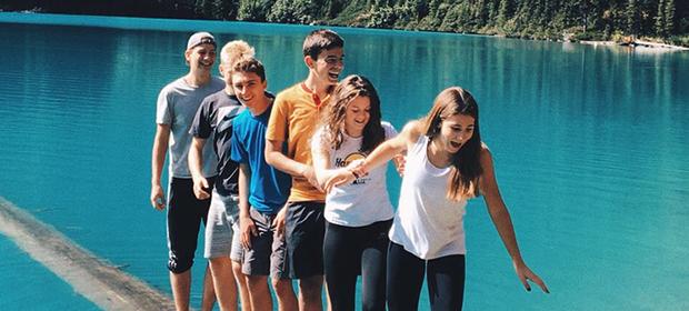 esplorando un lago insieme ad exchange student di varie nazionalità