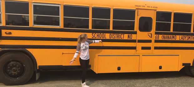 jente foran gul skolebuss