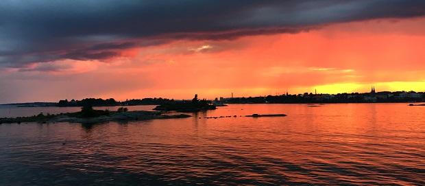 Helsingin saaristo kesäyönä