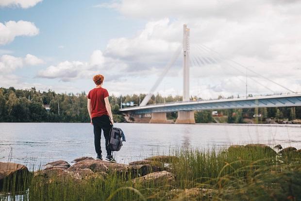 Vaihto-oppilas suomalaisen joen rannalla