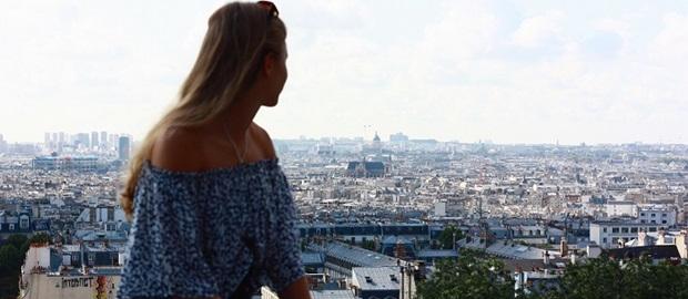 En jente som ser ut over Paris