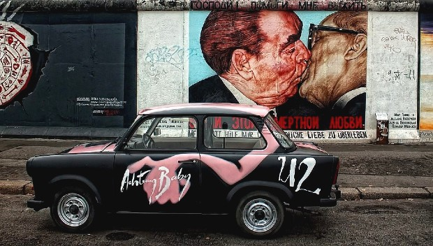 kissing mural in berlin