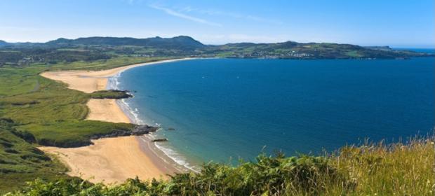 Udsigt over strand og blåt hav i Irland