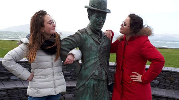 exchnage student in Irlanda con la staua di