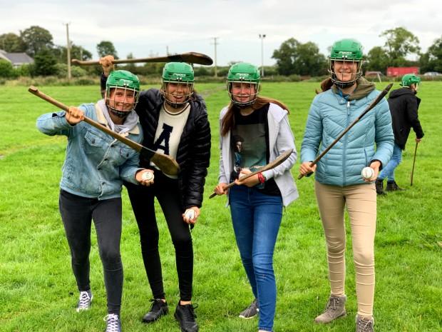 Exchange student in scambio culturale in Irlanda mentre praticano Hurling, lo sport nazionale irlandese