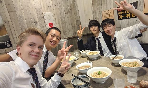 Vaihto-oppilas japanilaisten kavareiden kanssa syömässä