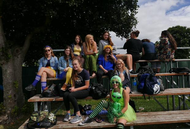 Utvekslingsstudenter med klassen i i kostyme