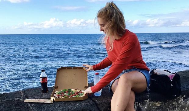 Utvekslingsstundent på lunch ved havet i Réunion