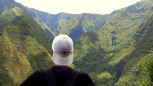 exchange student di spalle davanti alle verdi montagne hawaiane