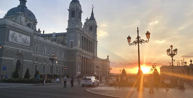 Solnedgang over en spansk by