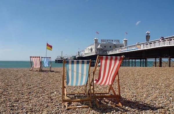 Kaksi rantatuolia Brightonin rannalla