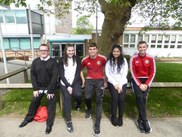 Elever på Broadgreen sammen med Liverpool fotballspillere