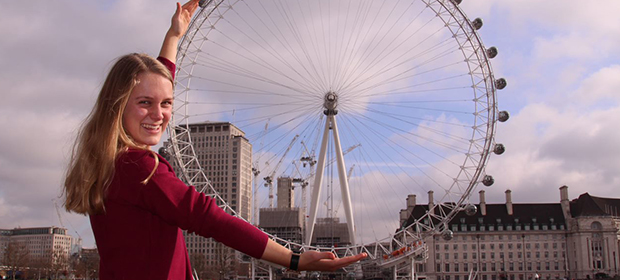 Exchange Student con la ruota di London Eye tra le braccia