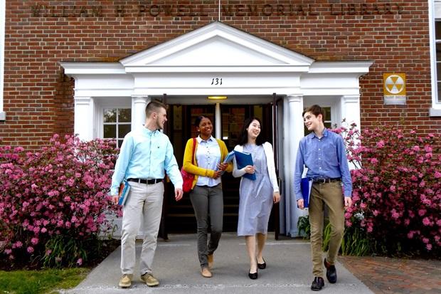 Internationella studenter utanför ett bibliotek på en internatskola i USA