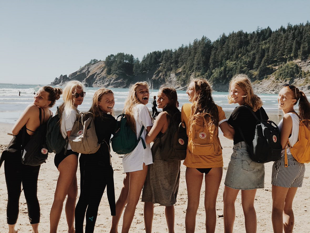 Udvekslingsstudenter på en strand