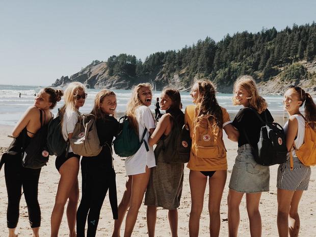 En gjeng glade utvekslingsstudenter på stranden