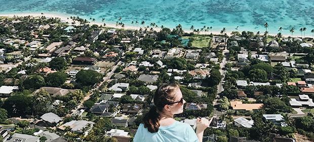 Utvekslingsstudent skuer utover Hawaii