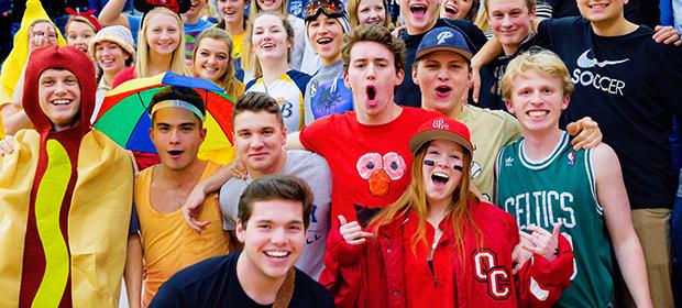 IProfessori e studenti americani festeggiano in perfetto high school spirit