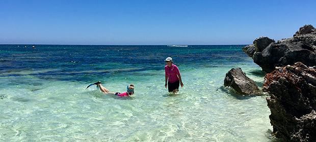exchange student nuota nelle acque di Cairns in Australia