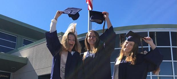 studentesse locali e stundetessa exchange student festeggiano il diploma americano