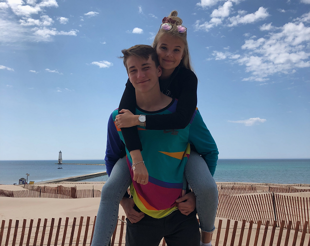 Exchange student davanti al lago Michigan durante l'anno all'estero in USA