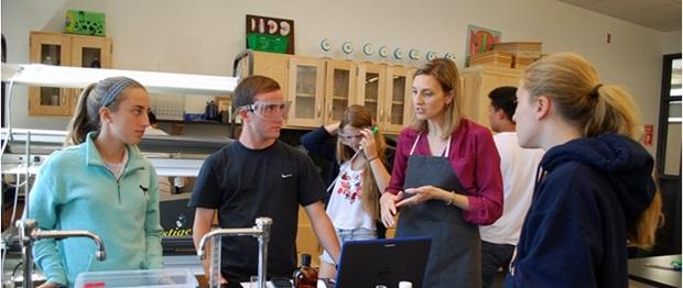 mt. lebanon elever jobber med kjemi