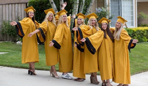 Gruppebilde av utvekslingsstudenter i cap og gown