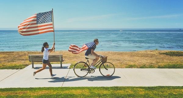 Exchange student in corsa con la bandiera americana