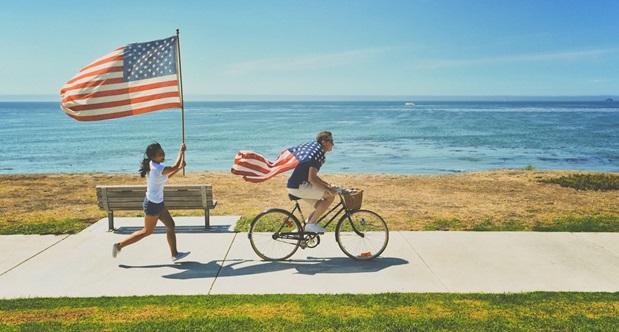 Udvekslingsstuderende løber og cykler med amerikanske flag