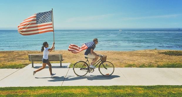 Studenti in scambio culturale corrono con le bandiere americane