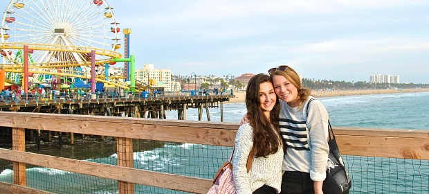 Utvekslingstudenter på piren i Santa Monica Beach