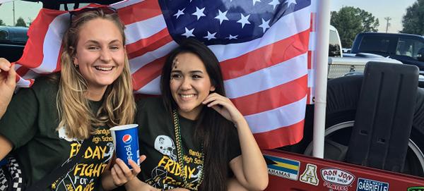 Exchange student con alle spalle la bandiera USA