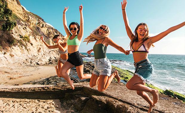 jenter hopper på stranden