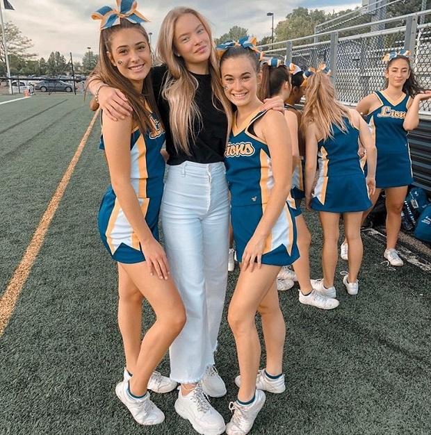 Utbytesstudent med cheerleaders i USA