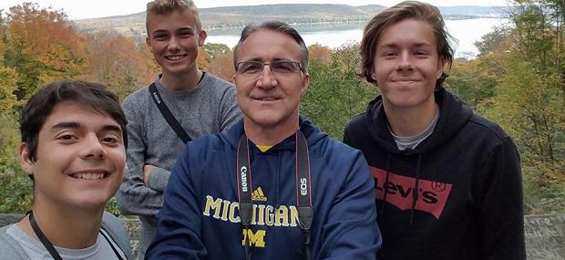 selfie con la famiglia ospitante americana al lago durante l'anno scolastico in USA