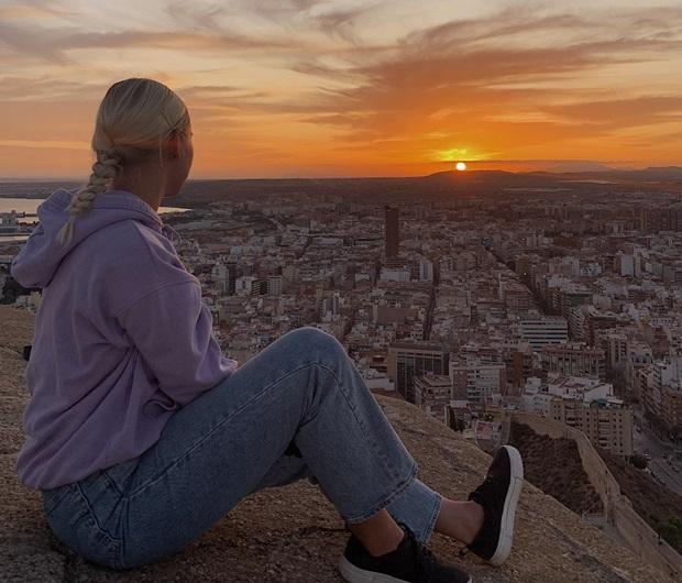 Utbytesstudent vid solnedgång