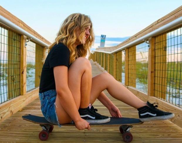 Utvekslingsstudent på på skateboard havet